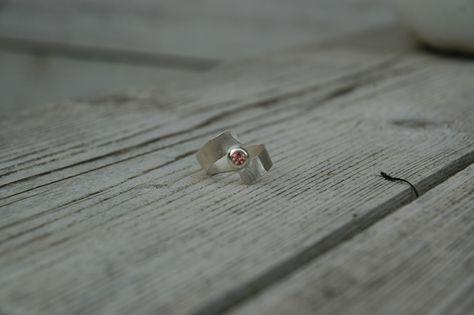 Roze toermalijn in zilveren handgemaakte ring
