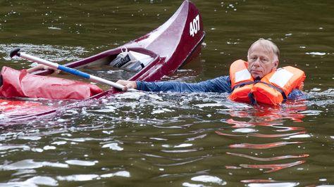 31. Juli, #Niedersachsen: Der Spitzenkandidat von #Bündnis 90/Die Grünen, Jürgen #Trittin, treibt in Hedemünden neben einem Kanu in der #Werra. Dort war er im Rahmen des Wahlkampfs für saubere Flüsse gepaddelt. Foto: dpa www.noz.de/73786032/
