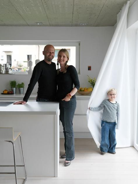Decken in rohem Sichtbeton, Küchenfronten ohne Griffe, Boden geweißt. Familie Hesse wohnt praktisch und liebt die Reduzierung aufs Wesentliche: Materialien...