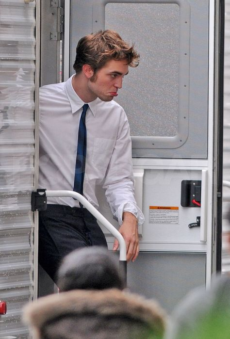 Robert Pattinson looked handsome in his shirt and tie on his way to film Remember Me in NYC today after his dramatic morning. Rob was clipped by a taxi cab Twilight Edward, Twilight Saga, Edward Cullen, Robert Pattinson Twilight, Edward Pattinson, Beautiful Boys, Pretty Boys, Robert Douglas, How To Look Handsome
