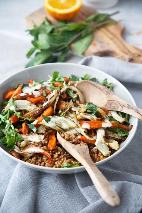 salade fenouil carottes rôties & épeautre Salade:      1 gros bulbe fenouil     1 lb carottes (environ 4-5 grosses carottes)     1-2 c. à table huile de coconut (ou ghee)     Sel de mer + poivre du moulin     1 tasse grains d'épeautre (préférablement trempés toute la nuit) + 3 tasses d'eau     2-3 grosses poignées de roquette     1 grosse poignée de menthe fraîche, hachée Vinaigrette au Tahini à l'Orange:     ¼ tasse tahini     ½ tasse jus d'orange fraîchement pressé (le jus d'environ ½…