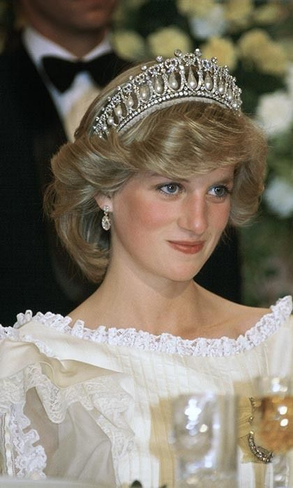 Diana, Princess of Wales at a banquet in New Zealand wearing the Cambridge knot tiara , Her cream silk organza evening dress is designed by fashion designer Gina Fratini Get premium, high resolution news photos at Getty Images Princess Diana Tiara, Princess Diana Fashion, Princess Diana Family, Princess Diana Pictures, Princes Diana, Prince And Princess, Princess Of Wales, Lady Diana Spencer, Princesa Real