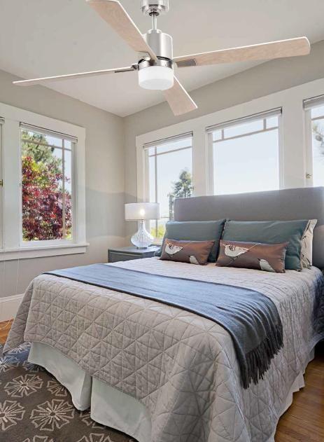 Un ventilador de techo en el dormitorio permite conciliar