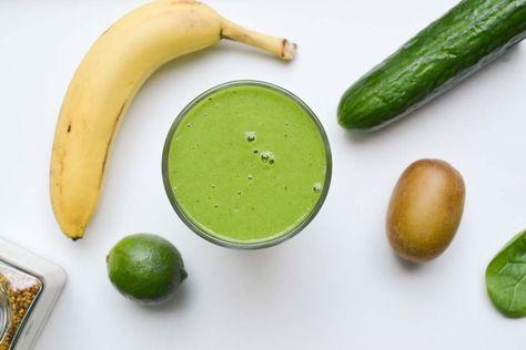 GROENE LIME & KIWI SMOOTHIE  per persoon  1/4 komkommer 1 stengel bleekselderij 1 flinke hand spinazie 1 banaan 1 golden kiwi sap van 1/2 limoen optioneel: 1 eetlepel bijenpollen