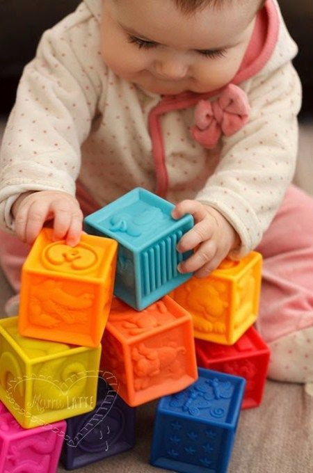 El Juego De Los 6 A 12 Meses Pedagogía Montessori Juguetes Educativos Para Niños Actividades Sensoriales Para Bebés Juegos Para Niños Pequeños