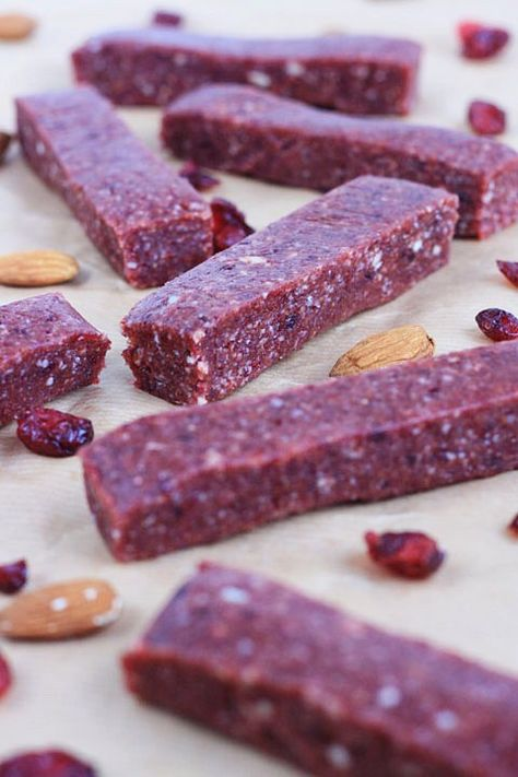 Raw Cranberry and Nut Energy Bars are vegan, gluten-free and sugar-free. Full of protein and bursting with fruity flavour. Raw Cranberry and Nut Energy Bars are vegan, gluten-free and sugar-free. Full of protein and bursting with fruity flavour. Protein Bar Recipes, Protein Snacks, Raw Food Recipes, Gourmet Recipes, Snack Recipes, Healthy Recipes, Diy Protein Bars, Protein Energy, Date Recipes Raw