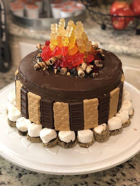 Campfire cake Campfire cake Related posts: Simple cake decoration, and what a cute hedgehog … 7 Anfängerkuchen-Deko-Tricks – Kuchen dekorieren – Cake Decorating Idea …… How to add sprinkles to cake Blueberry cake