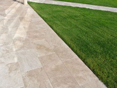 #getrommelt #medium #Travertinplatten       Der freundliche, warme Farbton bringt diese Terrasse zum Strahlen – jonastone