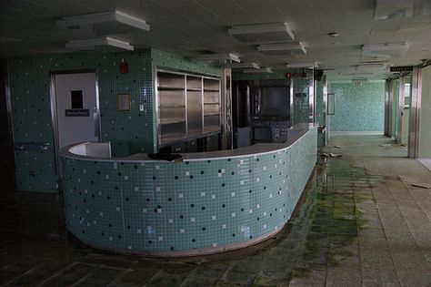 Edgewater Hospital - inspiration for Sand Beach hospital? Abandoned Asylums, Abandoned Buildings, Abandoned Places, Nostalgic Pictures, Real Haunted Houses, Abandoned Hospital, Weird Dreams, Cool Pictures, Ghost Pictures