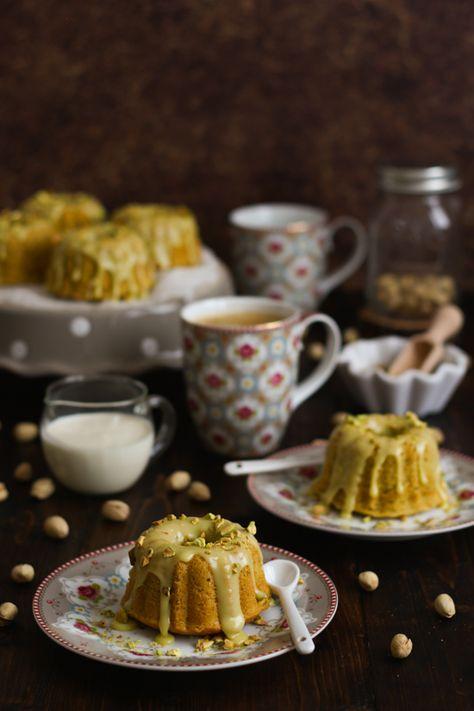 Mini bundt cakes de pistacho y chocolate blanco PASO A PASO. Disfruta de un buen café con un bizcocho que te encantará.