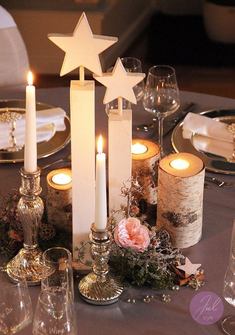 Tischdekoration für Weihnachten mit Holzständern, Sternen und Baumrinden-Teelichter. Schöne Weihnachtsstimmung für festliche Weihnachtsfeiern. www.julstyle.de