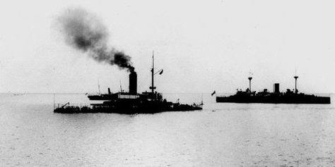 el monitor Monterey y el crucero Charleston, al fondo, en la bahía de Manila