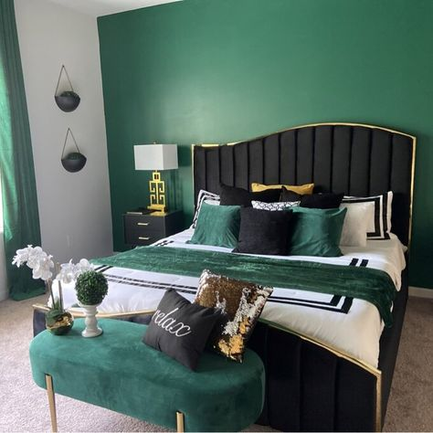 Green Bedroom Walls, Green Master Bedroom, Velvet Bedroom, Green Bedroom Decor, Green Accent Walls, Gold Bedroom, Room Ideas Bedroom, Bedroom Bed, Eclectic Bedroom Decor