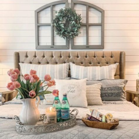 The best ideas to create the perfect guest room including creating a welcoming tray and baskets with everything your guests need, and finding cute signs to make the space feel like home. Guest Room Sign, Guest Room Decor, Decor Room, Bedroom Decor, Guest Room Bedding Ideas, Home Decor, Bedroom Colors, Guest Room Baskets, Relaxing Colors