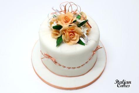 Torta decorata con nastro e bouquet di rose in pasta di