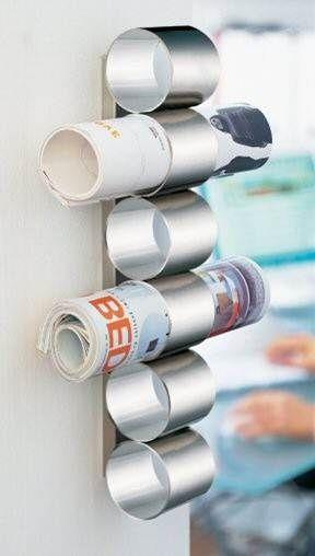 """Magazinhalter müssen nicht teuer sein: Entferne bei alten Blechdosen einfach den Deckel und Boden, um die """"Blechröhre"""" an ein Brett zu schrauben."""