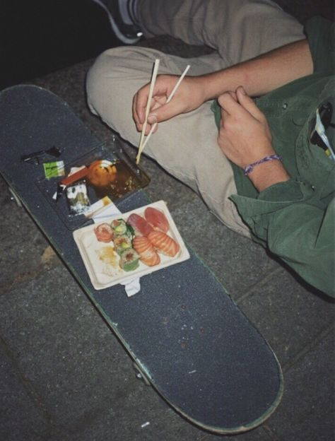 grunge aesthetic Eddy and Lopez eating sushi off a skateboard at the skate park Summer Aesthetic, Aesthetic Grunge, Aesthetic Vintage, Aesthetic Photo, Aesthetic Pictures, Aesthetic Food, Skater Boys, Skater Couple, Indie Kids