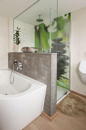 Individuelles Badezimmer Mit Fugenloser Motivplatte In Der Dusche Einer Zwischenwand Mit Betonoberflache Und Stylishem H Zwischenwand Badgestaltung Badezimmer