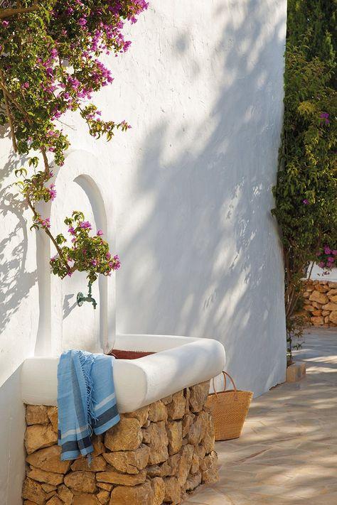 En un rincón del exterior, para refrescarse al llegar a casa. Ibiza  Spain