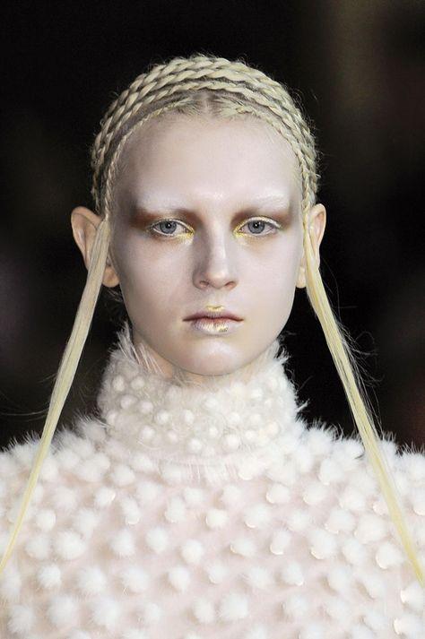 Risultati immagini per pettinature capelli donne medioevo ...