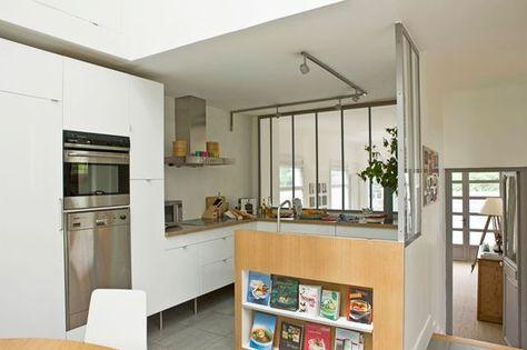 Mur de verrières et retour en bois pour une cuisine semi-ouverte ...