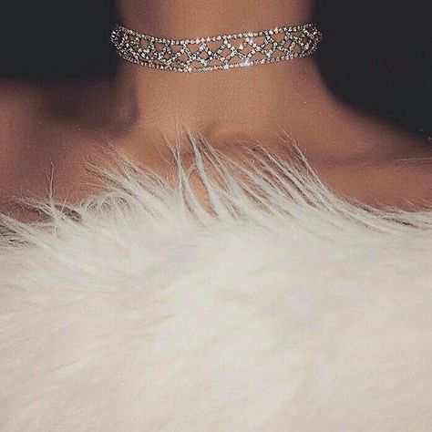 So classy. Diamond choker collar and white fur. Bling Bling, Boujee Aesthetic, Bad Girl Aesthetic, Aesthetic Fashion, Cute Jewelry, Body Jewelry, Jewellery, Glamouröse Outfits, Mode Glamour