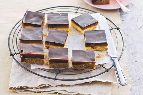 Een traktatie, deze crunchy koekbodem met karamel en knapperige chocolade - Recept - Allerhande