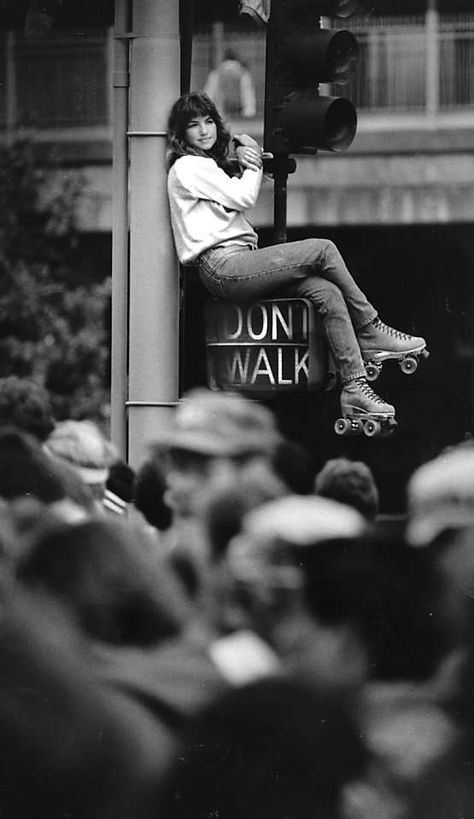 May 18, 1986 - This woman is reaching a new height to see the crazies running in the Bay To Breakers near the start at Howard St. and Fremont St.