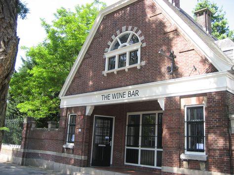 In Rotterdam kun je op velerlei plekken terecht voor een heerlijk glas wijn, dus geven wij je een lijstje van de leukste en beste wijnbars in onze stad.