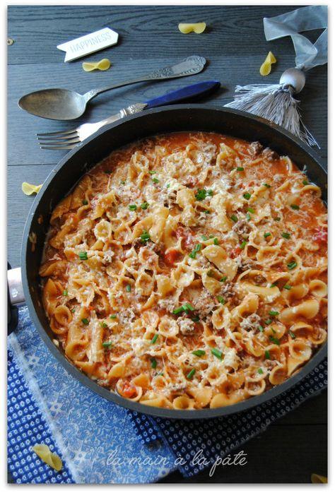 One pot pasta version cheeseburger // 400g de pâtes courtes - 500g de boeuf haché - 2 c. à café de moutarde - 1 c. à soupe de ketchup - 1 boite de 425ml de pulpe de tomate - 200g de sauce tomate - 210 ml de bouillon de poulet - 420 ml d'eau - 1 oignon pelé - 1 c. à soupe d'huile d'olive - 100g de cheddar fraîchement râpé - Sel - Poivre - Ciboulette.