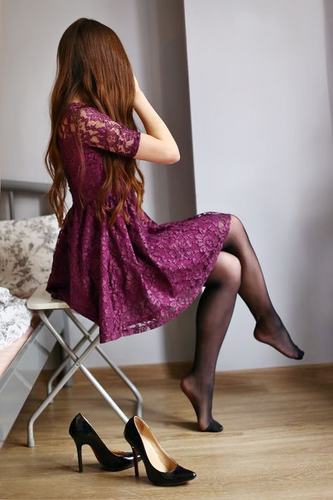Kobiecy Blog O Modzie Fioletowa Koronkowa Sukienka Czarne Rajstopy I Lakierowane Szpilki Purple Lace Dress Pretty Lace Dresses Lace Dress Black