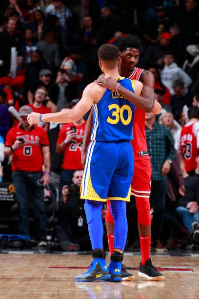 sports shoes 6f4c0 4bdee Justin Holiday of the Chicago Bulls hugs Stephen Curry of ...