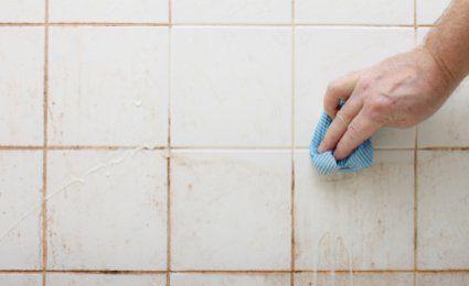 mélangez du bicarbonate de soude (4 grandes cuillères) à 10 cl de vinaigre blanc. Versez le tout dans un vaporisateur et vaporisez directement sur les joints. Laissez agir toute une journée puis rincez à l'eau claire.