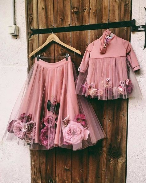 Complete floral dress with flowers on them for brides and bridesmaid Komplettes Blumenkleid mit Blum