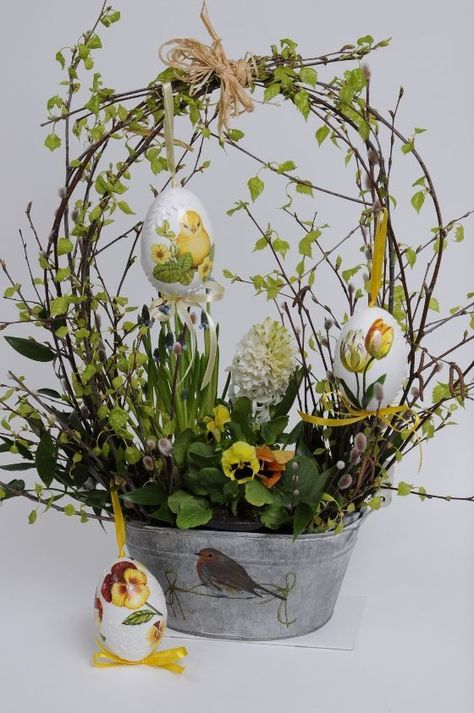 I love this basket arrangement. It's light and airy for Easter/Springstroik