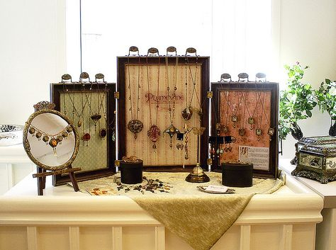 What a great mini display, the frames are hinged together.
