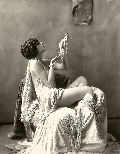 Nude / Semi-Nude Ziegfeld Girls - Alfred Cheney Johnston - Vintage Photos Women - Archival Materials - Gicle'e Prints to or Note Card Vintage Glamour, Vintage Beauty, Vintage Ladies, Vintage Fashion, Fashion 1920s, Vintage Prom, Vintage Pearls, Vintage Stuff, Victorian Fashion