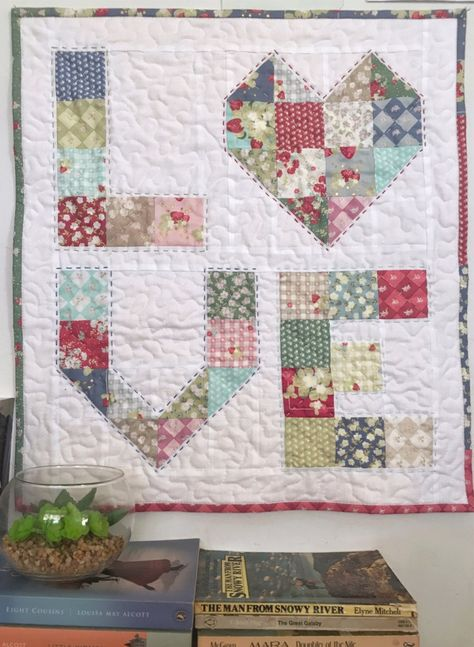 Scrappy Quilts, Easy Quilts, Mini Quilts, Patchwork Quilting, Crazy Patchwork, Heart Quilt Pattern, Mini Quilt Patterns, Quilting Projects, Quilting Designs