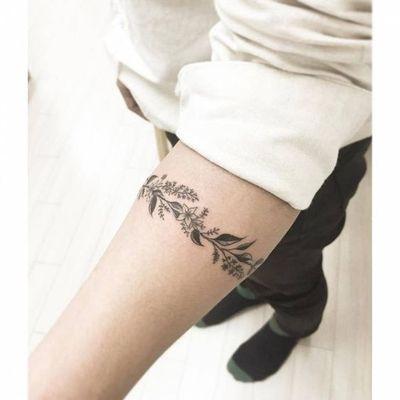 Une Couronne De Fleurs Autour Du Bras Tatouage Bracelet Tatouage Tatouage Floral