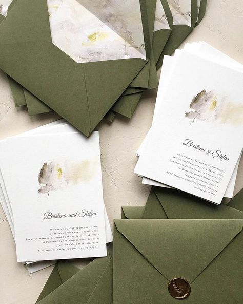 Minimal wedding invitation with custom envelope liner and wax seal / © PAPIRA i...