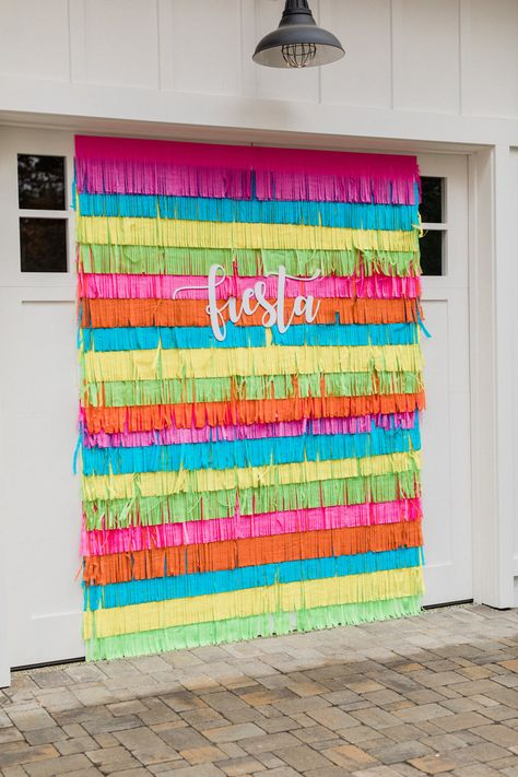 Colorful fringe backdrop for a Mexican fiesta. Colorful fringe backdrop for a Mexican fiesta. Mexican Birthday Parties, Mexican Fiesta Party, Fiesta Theme Party, Birthday Party Themes, Fiesta Gender Reveal Party, Colorful Birthday Party, Taco Party, Mexican Party Favors, Fiesta Games