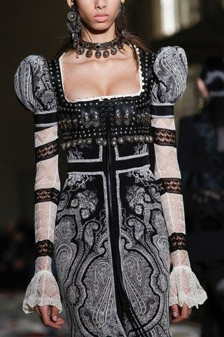 Alexander McQueen Spring 2017 Ready-to-Wear Accessories Photos - Vogue The First Empire inspired women dress square cut with small puff long sleeve and thin lace
