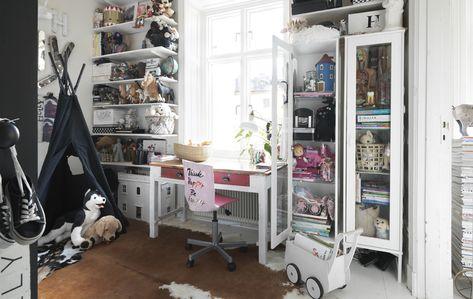 Cameretta Ikea Rosa : Una cameretta con mobili a giorno e una sedia rosa ikea home