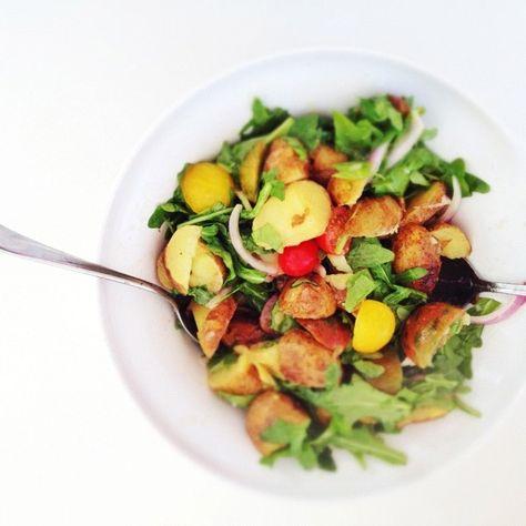 Ofenkartoffelsalat mit Kirschtomaten und Rucola