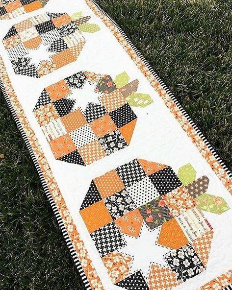 Patchwork Pumpkins Are Fun in diesem Quilt - Quilted Tischläufer Muster Halloween Quilts, Halloween Quilt Patterns, Holiday Quilt Patterns, Halloween Knitting, Hand Quilting Patterns, Quilting Projects, Sewing Projects, Quilting Ideas, Sewing Tips