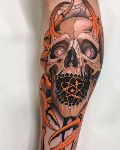 Tatuagem de caveira no estilo neo tradicional criada pelo tatuador espanhol Javier Franco.