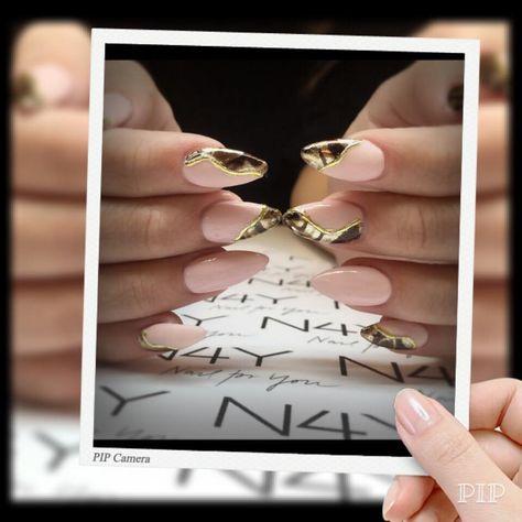 Flot negle bllede lavet af Cecilie, med nude uv gel polish og gul foile, du kan også som Cecilie komme på negle kursus og lære at lave flotte negle