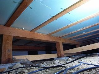 床下に断熱材を取付け 断熱材 床下 リフォーム