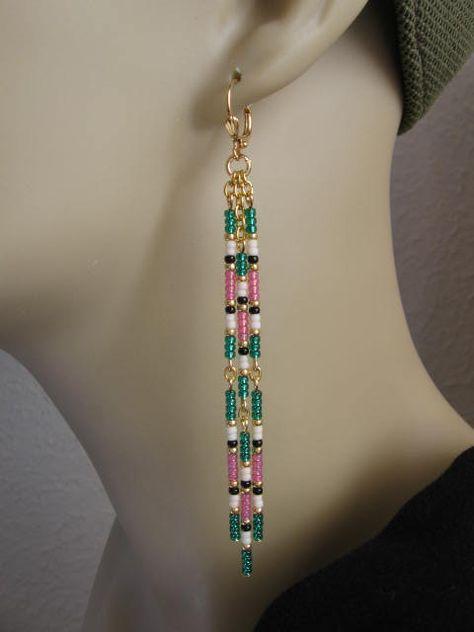 Diese schöne baumelt sind handgefertigt mit vergoldet Kabel-Kette & Silber Innen Smaragdgrün, Opal Rosa, schwarz, Matt Creme & goldenen Glas Rocailles.