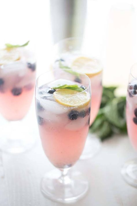 This easy vodka lemonade recipe is cool and refreshen with it's fresh sweet blueberries, cool mint and blueberry vodka. lemonsforlulu.com
